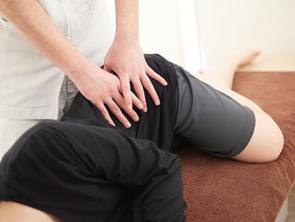 全身のバランスを整える施術で骨盤のゆがみを改善します