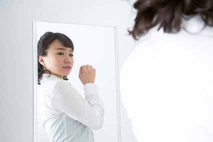 姿勢の悪さから来る不調に悩む女性