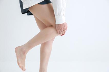 膝の痛みに悩む女性の足