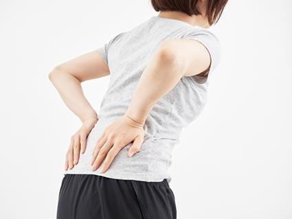 骨盤のゆがみからくる症状に悩む女性