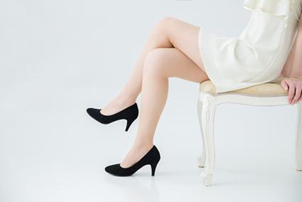 足を組む癖も骨盤がゆがむ原因になります