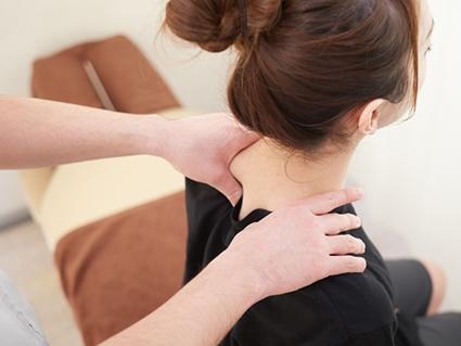 施術により筋肉の緊張をほぐして関節の可動域を広げます